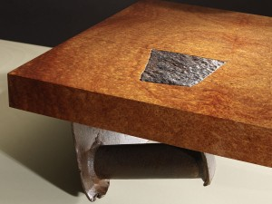 Philippe Bresson 20102, La table renversée, loupe d'Amboine, métal déformé rouillé, dim L : 1,50 l : 0,75 h : 0,26 m