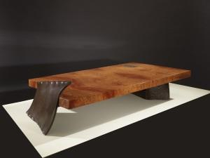 Philippe Bresson 20102, La table renversée, loupe d'Amboine, métal déformé rouillé Dim L : 1,50 l : 0,75 h : 0,26 m