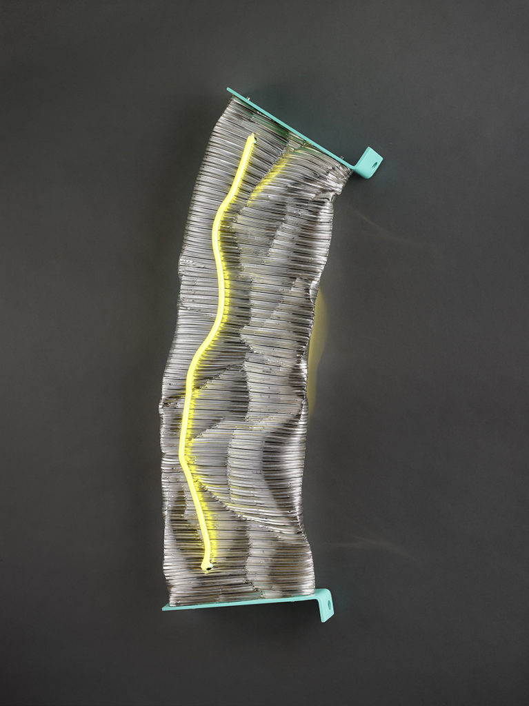 Froissé XVI, 2019 - Gaine aluminium, métal peint, LED,tube néon 91 x 34 x 11 cm