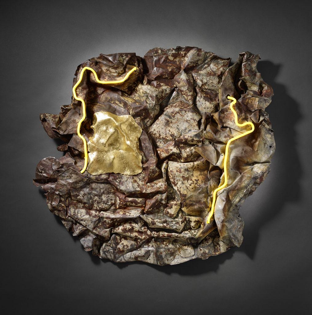 Froissé XIX, 2019 - Tôle rouillée compressée, feuille d'or, LED,tube néon 84 x 90 x 15 cm