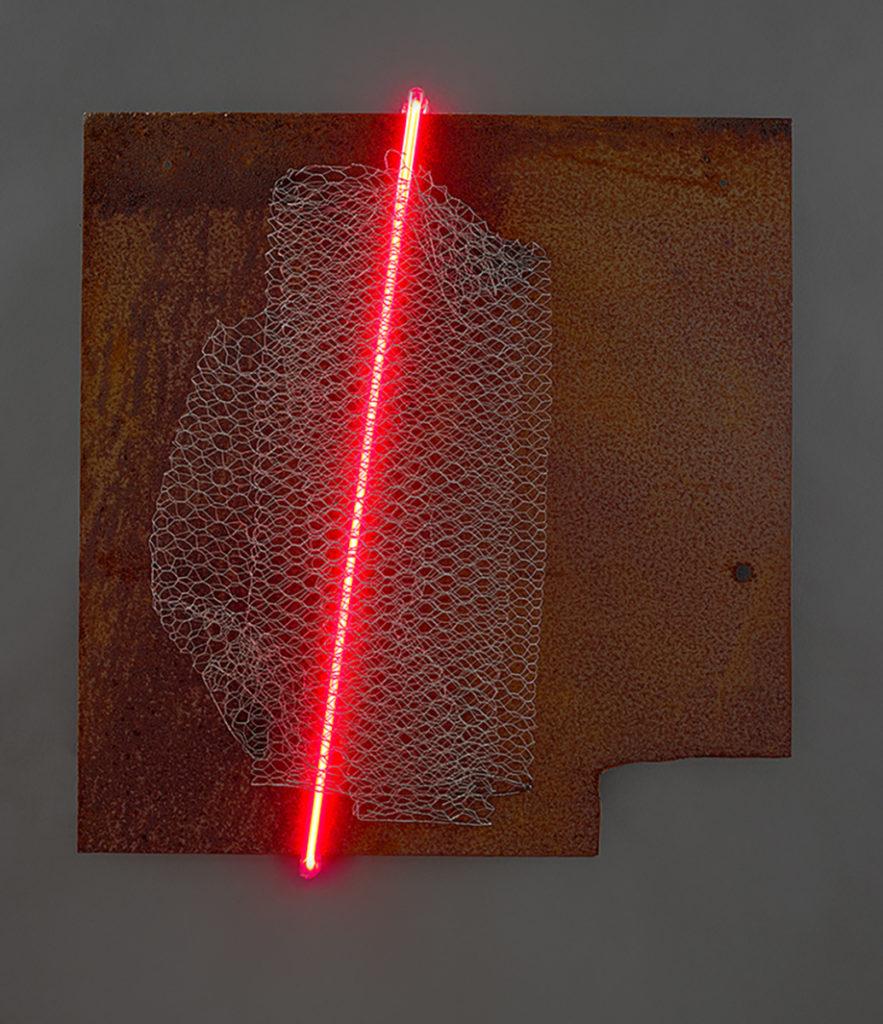 Grillage I, 2019 - Acier rouillé, grillage à poule en acier galvanisé, tube néon 60 x 58 x 10 cm